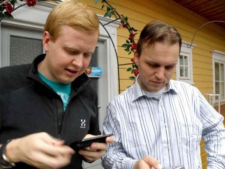 Tekniken är viktig för en bloggare! Mårten och Mats med sina telefoner.