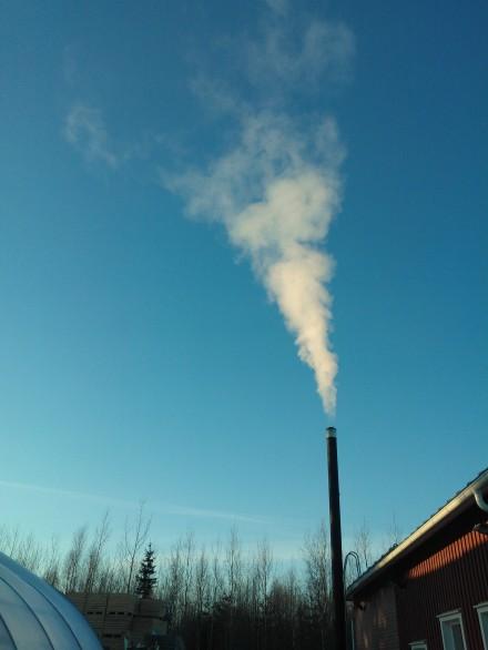 Vit rök ur skorsten på FinneFarm.