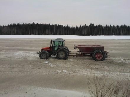 Kalkning på snötäckta fält för att påskynda snösmältningen.
