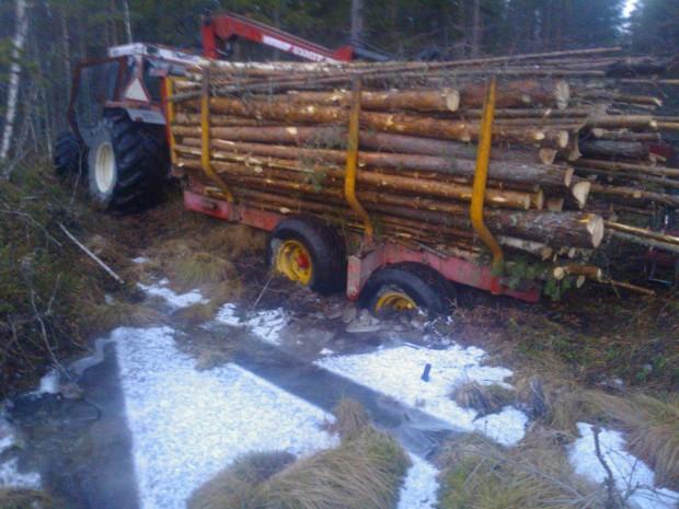 Traktorn hann jag få över men farten var för låg för att jag skulle få över släpvagnen innan den sjönk dit.