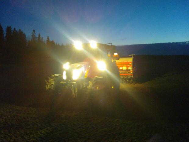 Tack vare bra belysning på den nyaste traktorn är det inga problem att dra ut på dagen lite :)