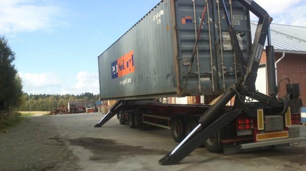 Containern med vakuumkylen levereras till gården.
