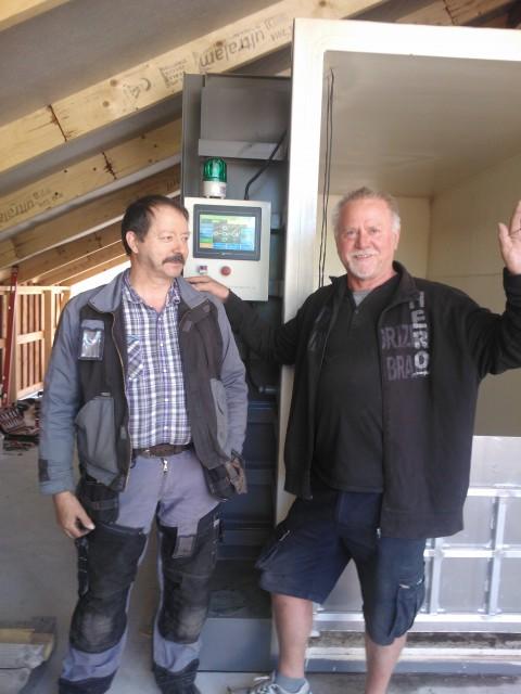 """Den holländska installatören tackar för sig glad och nöjd över att maskinen är """"up and running"""" även om han blev tvungen att ta hjälp av en lokal entreprenör för att byta ut en läckande vibrationsdämpare. 27.06.2014"""
