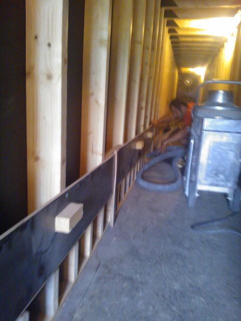 Satte istället en del av personalen att städa ur kanalerna under golvtorken. Den skall just tas i bruk för torkning av kumminskörden.