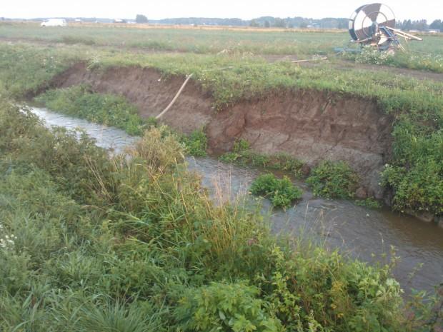 """Regnet förorsakade också ett flertal jordskred längs """"älven"""". Tur i oturen var ändå att bevattningspump och traktor stod på andra sidan."""