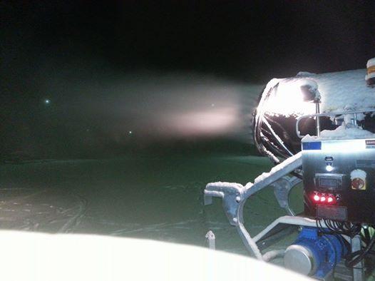 Solf IK's nya snökanon sprutar snö.