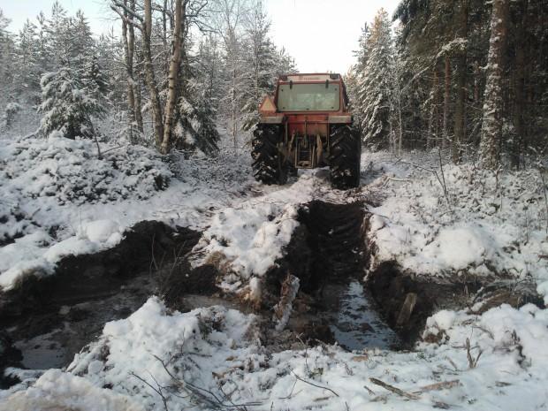 En fem centimeter tjock is på diken och pölar är inte tillräckligt för att bära tomma traktorn men det utlovade kalla vädret de närmaste dagarna kanske fixar lite bättre bärighet.