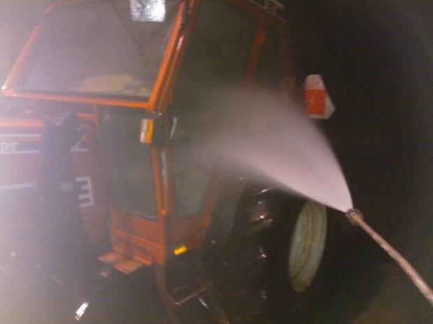 På nyårsaftonskvällen var det +6°C, som gjort för maskintvätt så jag passade på att tvätta traktorn samtidigt som jag tittade på nyårsraketerna i grannskapet...........