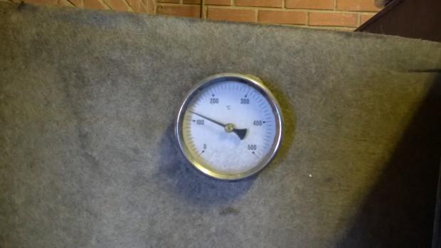 Och med  väl sotad panna håller rökgastemperaturen sig på lämpligt låg nivå. Det är ändå så varmt ute att det räcker till för kråkorna  :)