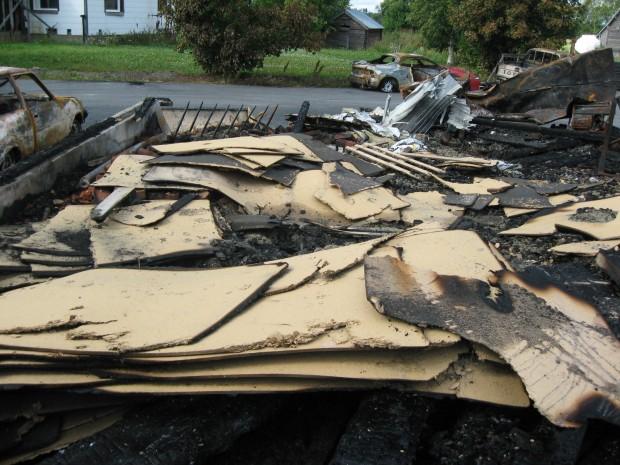 En hel del byggnadsmaterial till den påbörjade husrenoveringen förstördes också.