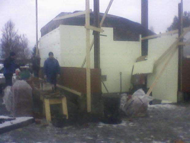 ....och samtidigt som vintern anlände kom återuppbyggnaden igång, börjandes med reparation av värmecentralen. Det behövdes ju värme till bostaden nu när det blev kallare.
