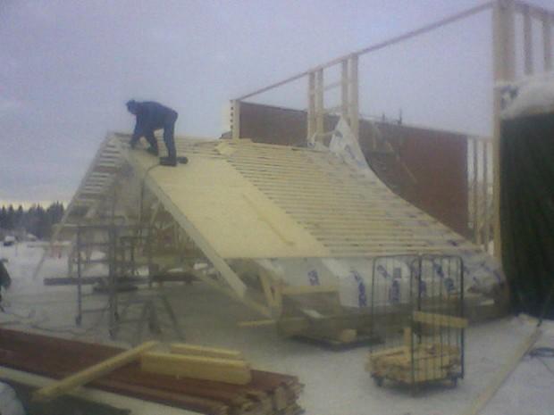 Stor del av takkonstruktionen byggdes på marknivå......