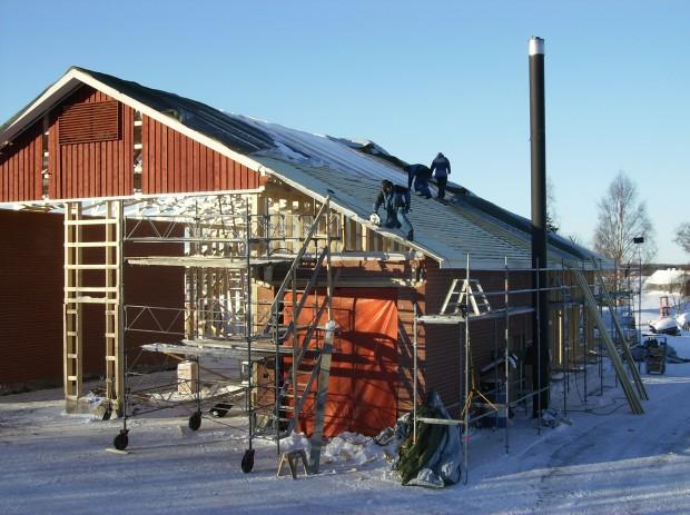 Snart har vi åter tak över huvudet på en del av byggnaden :)