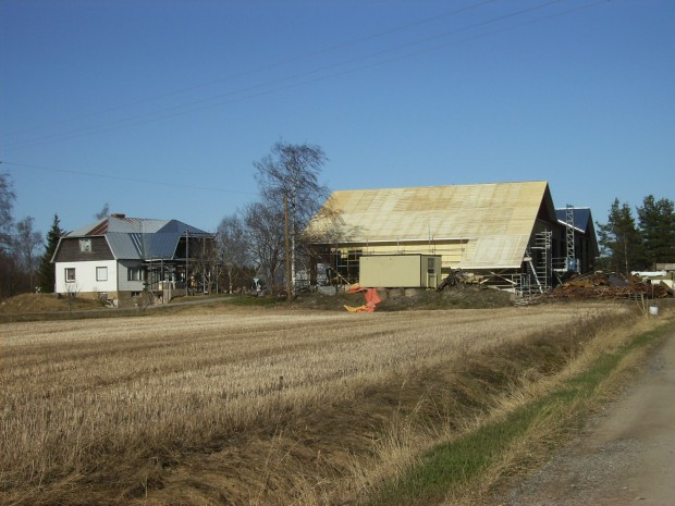 Resten av taket monterat.