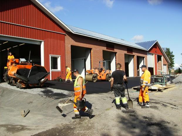 ..... och läggning av ny asfalt.