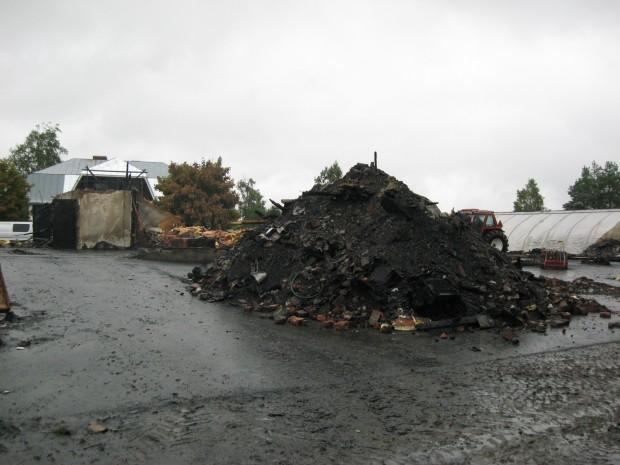 Det blev åtskilliga ton osorterbara brandrester att transportera bort.