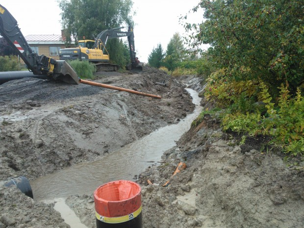 5.10.2012. Grävmaskinerna vilar efter det stora regnet föregående dag.