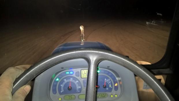 Att det är tidigt vårbruk syns i att det blir mörkt om kvällarna, ser att jag fortfarande kör med víntertid i traktorn.