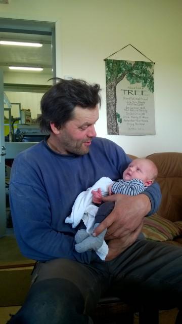Grönsaksbonden och barnbarnet. Hoppas han tar till sig av trädets råd.