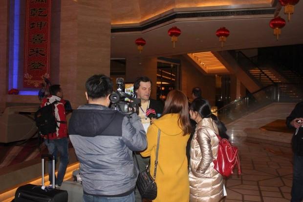 """Genast vid ankomsten till hotellet intervjuades """"skidåkaren"""" av kinesiska televisionen :) (Foto Fredrik Grannas)"""