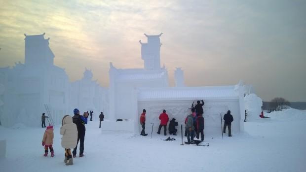 Snöskulpturerna finslipas.