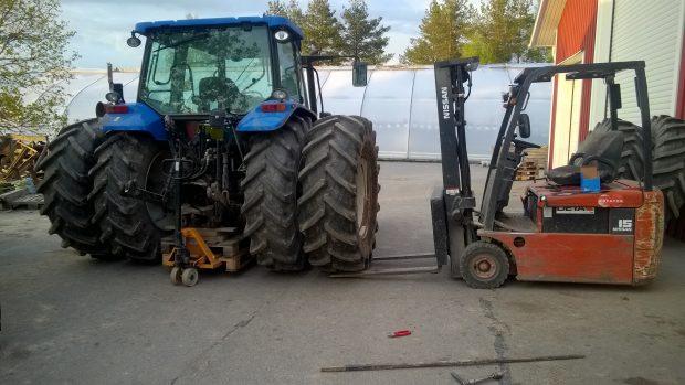 Dubbelhjulen monteras behändigt med hjälp av trucken.